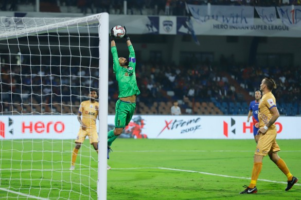 Amrinder Singh produces a spectacular save to ensure 10-man Mumbai City FC go home with a point